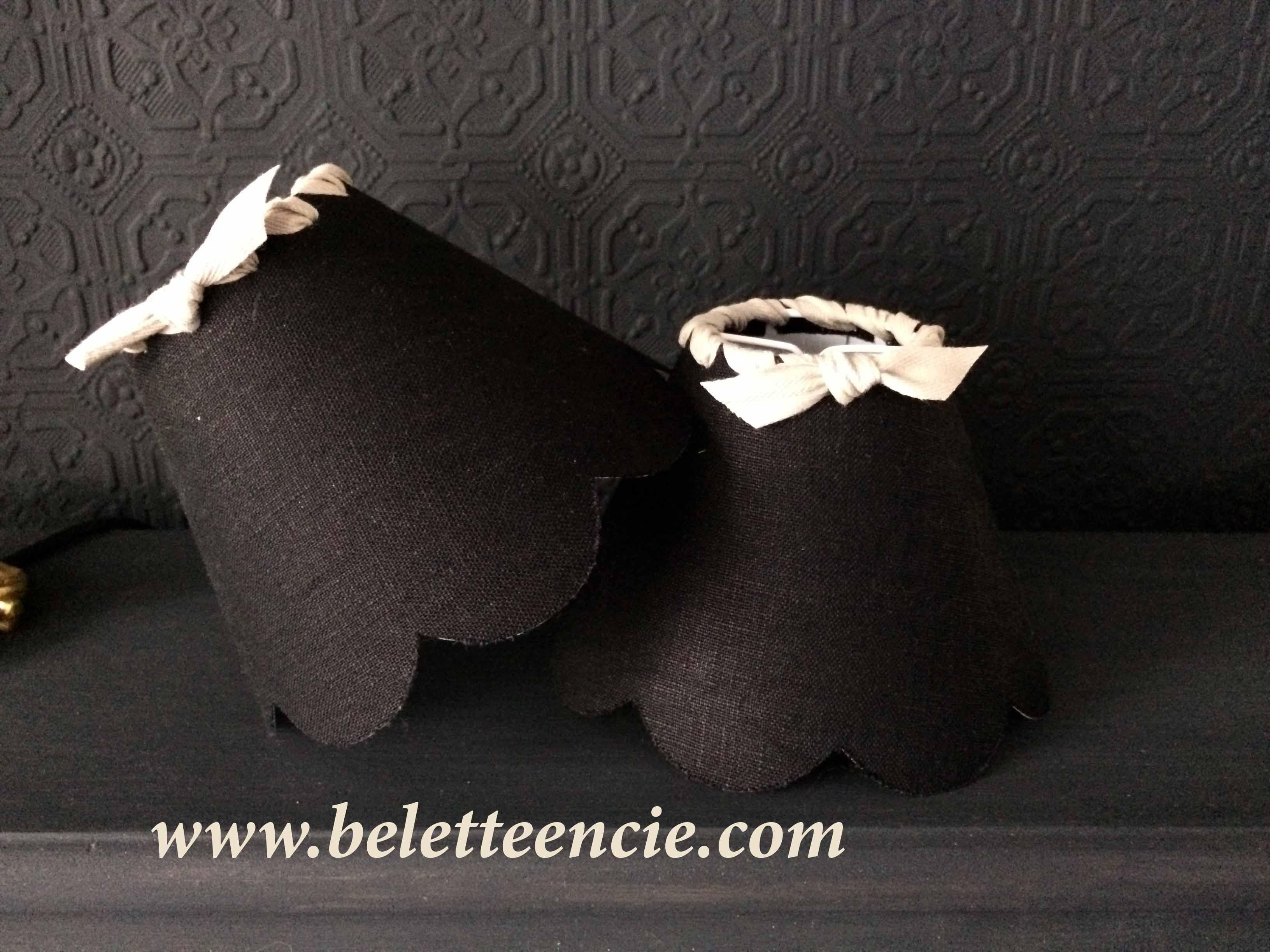 Petit abat jour festonné à clipser en lin noir et ruban sergé de coton beige