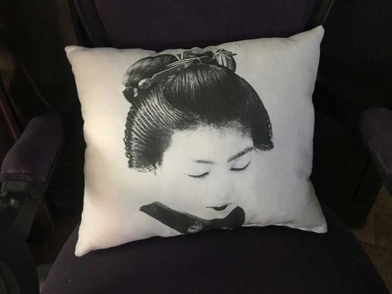 Coussin textile ancien portrait d'une geisha