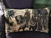 Coussin tapisserie ancienne avec personnages
