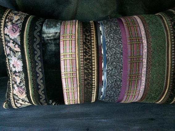 Gros coussin baroque rubans brodés/brochés/assemblés