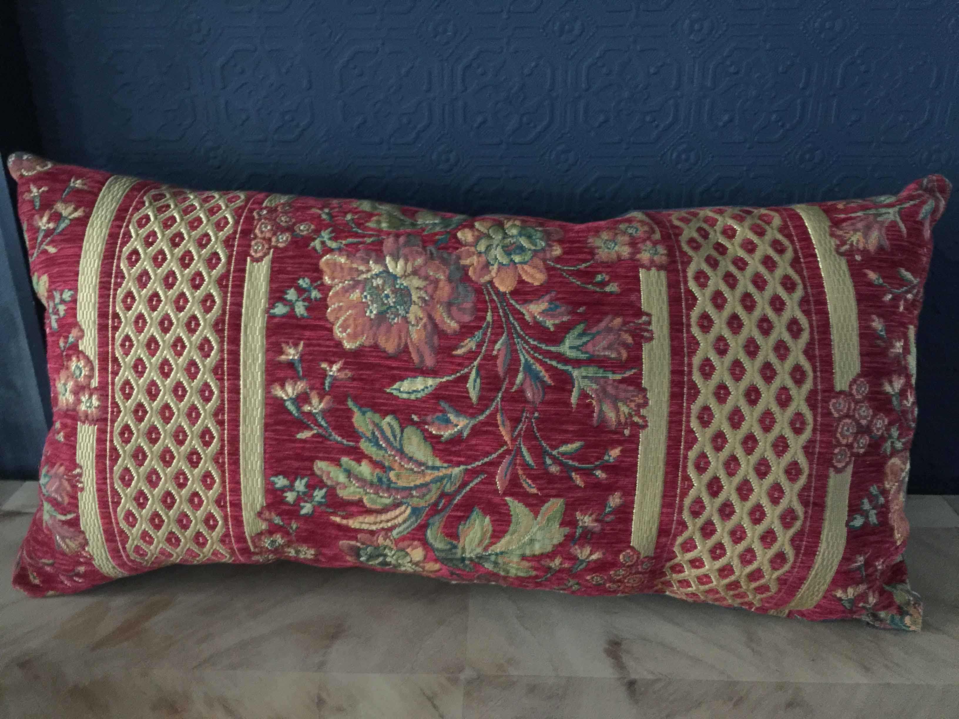 Coussin rectangulaire en tapisserie rouge baroque